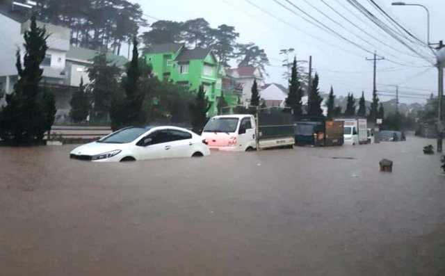Mưa không ngừng nghỉ, phố núi Đà Lạt chìm sâu trong biển nước - Ảnh 4.