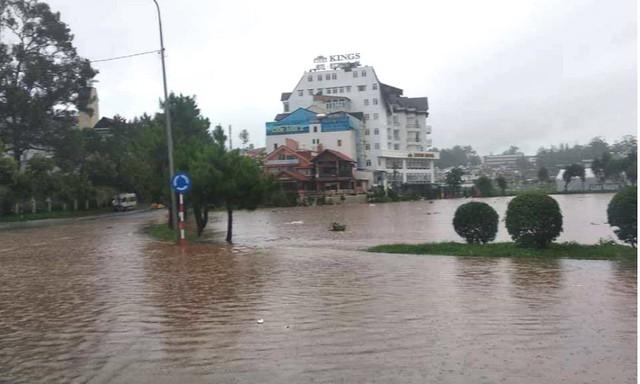 Mưa không ngừng nghỉ, phố núi Đà Lạt chìm sâu trong biển nước - Ảnh 5.