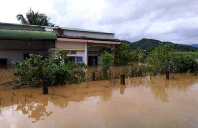 Mưa không ngừng nghỉ, phố núi Đà Lạt chìm sâu trong biển nước - Ảnh 10.