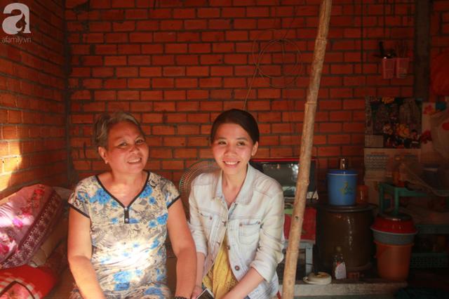 Nụ cười lạc quan của cô gái trẻ từ bỏ ước mơ làm nữ hộ sinh quay về chợ nổi Cái Răng chăm sóc mẹ già bệnh tật - Ảnh 1.