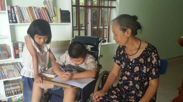 Ông chủ' 8 tuổi ngồi xe lăn sở hữu thư viện sách mini ở Hải Dương - Ảnh 3.