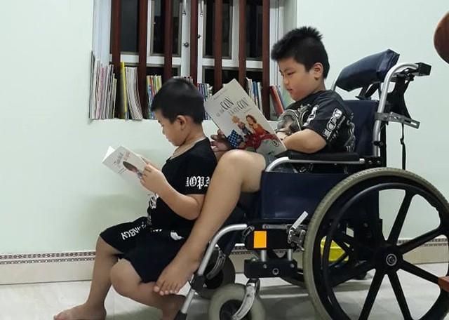 Ông chủ' 8 tuổi ngồi xe lăn sở hữu thư viện sách mini ở Hải Dương - Ảnh 1.