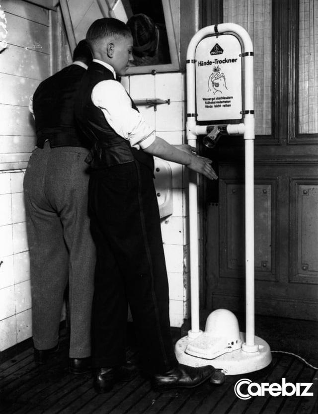 Giấy vệ sinh vs Máy sấy tay: Cuộc đại chiến không hồi kết trong toilet - Ảnh 1.