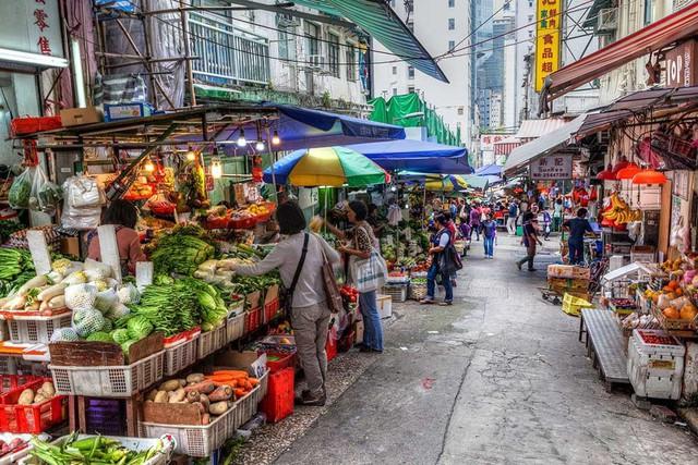 Một gia đình Việt đã sống sót ở thành phố đắt đỏ nhất thế giới như thế nào - Ảnh 2.