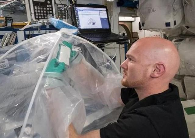 Các nhà du hành vũ trụ thử nghiệm đông kết xi măng thành công ở ngoài không gian - Ảnh 1.