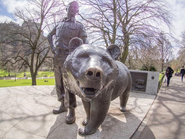 Câu chuyện phi thường của Wojtek: Từ chú gấu mất mẹ đến binh nhì được vinh danh anh hùng và dựng tượng đài trong Thế chiến II - Ảnh 4.