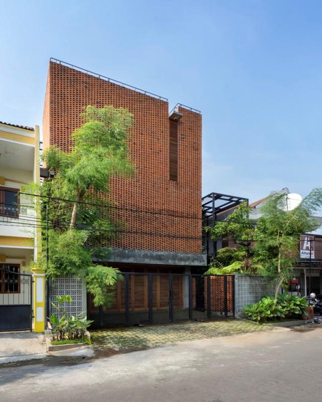 Ngôi nhà bằng gạch đỏ đẹp giản dị giữa lòng thành phố - Ảnh 1.