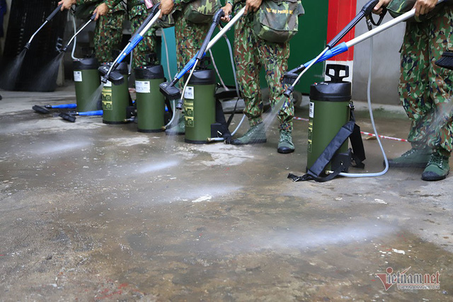 Rùng mình kho hàng Rạng Đông lần đầu tiết lộ, binh sĩ kín mít tẩy độc - Ảnh 12.