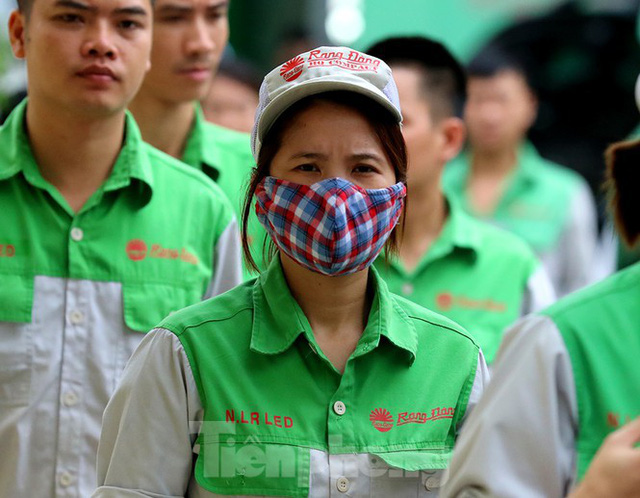 Công nhân vẫn miệt mài làm việc khi nhà xưởng Rạng Đông được bộ đội tẩy độc - Ảnh 11.