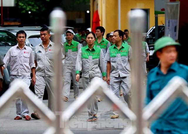 Công nhân vẫn miệt mài làm việc khi nhà xưởng Rạng Đông được bộ đội tẩy độc - Ảnh 12.