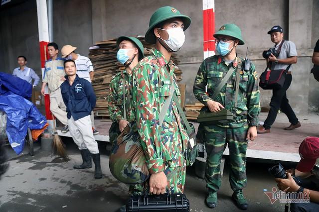 Rùng mình kho hàng Rạng Đông lần đầu tiết lộ, binh sĩ kín mít tẩy độc - Ảnh 22.