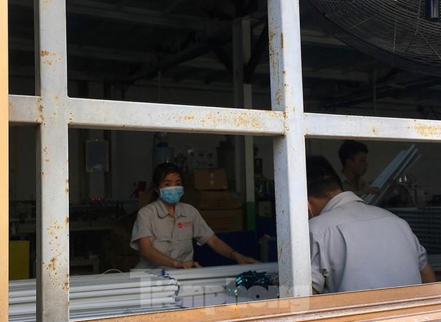 Công nhân vẫn miệt mài làm việc khi nhà xưởng Rạng Đông được bộ đội tẩy độc - Ảnh 4.