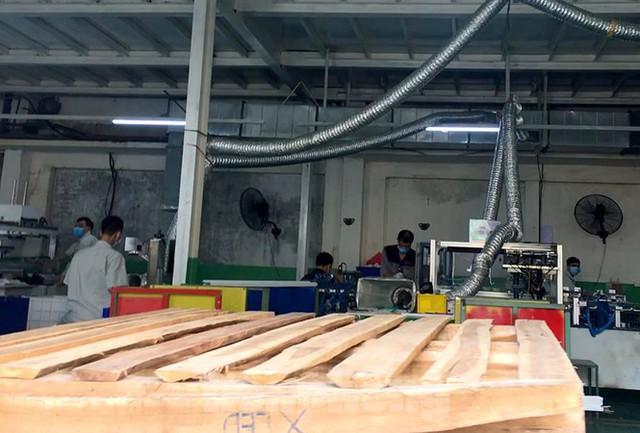 Công nhân vẫn miệt mài làm việc khi nhà xưởng Rạng Đông được bộ đội tẩy độc - Ảnh 5.