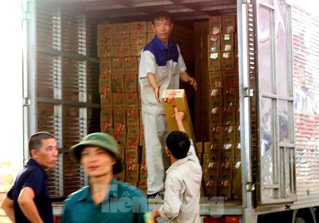 Công nhân vẫn miệt mài làm việc khi nhà xưởng Rạng Đông được bộ đội tẩy độc - Ảnh 8.