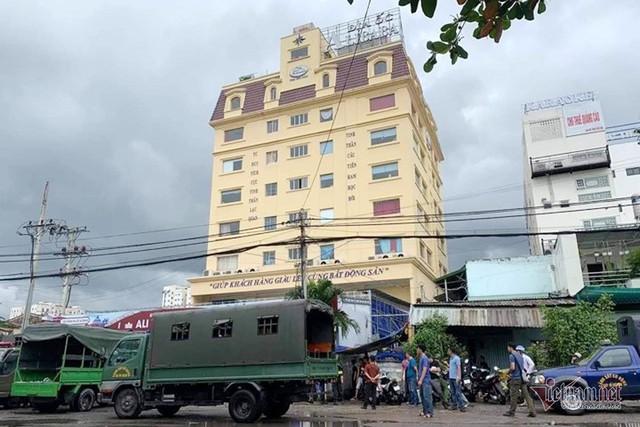 Bao vây trụ sở, bắt Chủ tịch HĐQT công ty địa ốc Alibaba Nguyễn Thái Luyện - Ảnh 2.