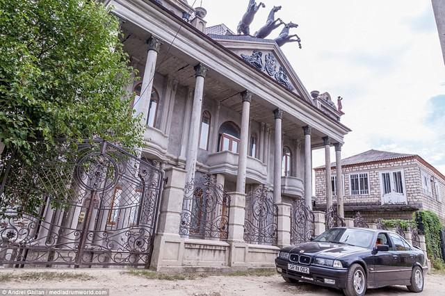 Bên trong thị trấn giàu có, chỉ toàn cung điện - Ảnh 1.