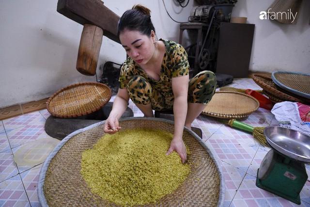 Giá thành cạnh tranh nhất thị trường lại sản xuất theo phương pháp truyền thống, cốm Làng Vòng năm nay tiếp tục giữ chân người tiêu dùng Việt - Ảnh 6.