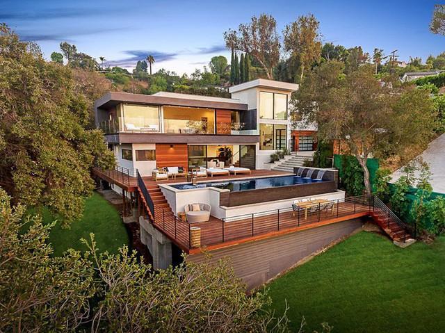 Ngôi nhà hiện đại ở California ẩn mình giữa những cây sồi lớn khổng lồ nhờ vẻ ngoài mang tông màu đất - Ảnh 1.