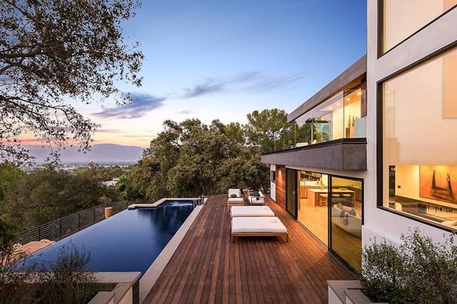 Ngôi nhà hiện đại ở California ẩn mình giữa những cây sồi lớn khổng lồ nhờ vẻ ngoài mang tông màu đất - Ảnh 2.