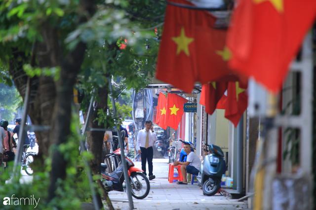 Chùm ảnh Hà Nội buổi sớm ngày Quốc khánh vắng hoe xe cộ, mọi người đổ xuống đường chụp ảnh, vui chơi - Ảnh 16.