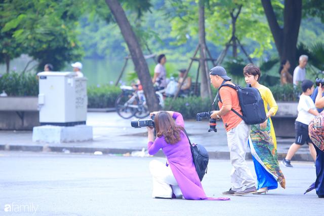 Chùm ảnh Hà Nội buổi sớm ngày Quốc khánh vắng hoe xe cộ, mọi người đổ xuống đường chụp ảnh, vui chơi - Ảnh 17.