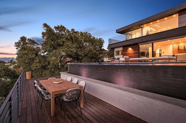 Ngôi nhà hiện đại ở California ẩn mình giữa những cây sồi lớn khổng lồ nhờ vẻ ngoài mang tông màu đất - Ảnh 3.