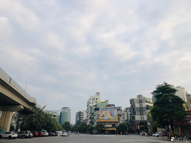 Chùm ảnh Hà Nội buổi sớm ngày Quốc khánh vắng hoe xe cộ, mọi người đổ xuống đường chụp ảnh, vui chơi - Ảnh 25.
