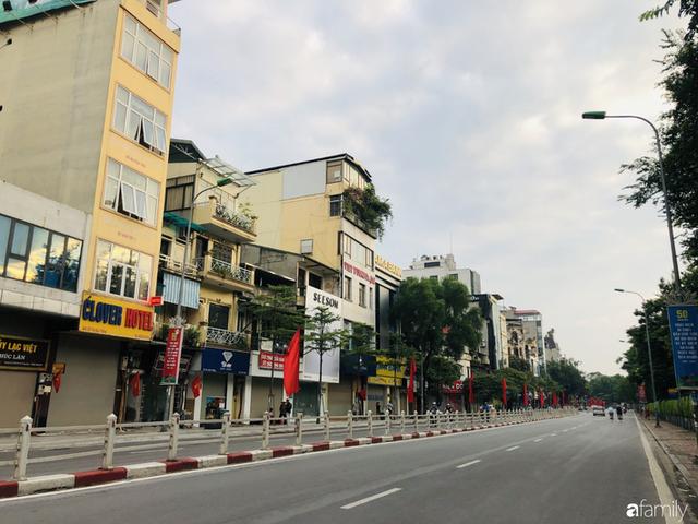 Chùm ảnh Hà Nội buổi sớm ngày Quốc khánh vắng hoe xe cộ, mọi người đổ xuống đường chụp ảnh, vui chơi - Ảnh 26.