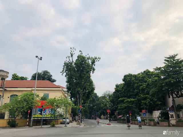 Chùm ảnh Hà Nội buổi sớm ngày Quốc khánh vắng hoe xe cộ, mọi người đổ xuống đường chụp ảnh, vui chơi - Ảnh 27.