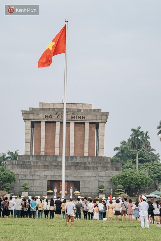Hà Nội của sớm mai ngày Tết Độc lập: Buổi lễ chào cờ thiêng liêng trước Quảng trường Ba Đình, đường phố bình yên nhẹ nhàng - Ảnh 4.