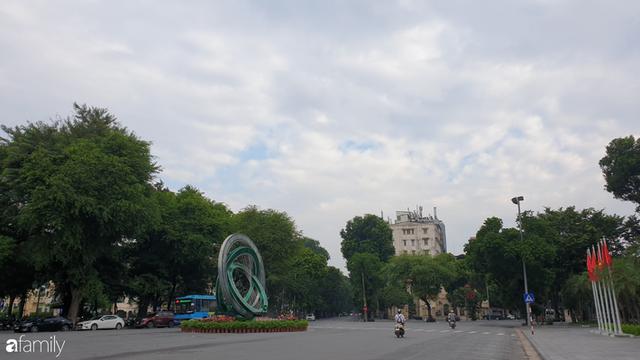 Chùm ảnh Hà Nội buổi sớm ngày Quốc khánh vắng hoe xe cộ, mọi người đổ xuống đường chụp ảnh, vui chơi - Ảnh 4.