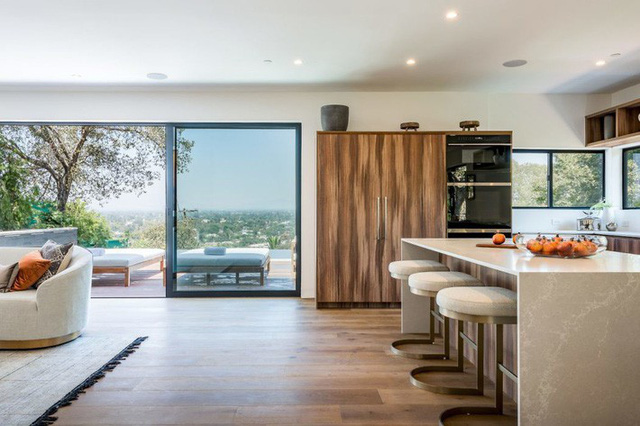 Ngôi nhà hiện đại ở California ẩn mình giữa những cây sồi lớn khổng lồ nhờ vẻ ngoài mang tông màu đất - Ảnh 4.