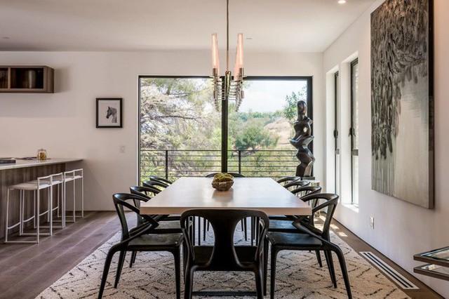 Ngôi nhà hiện đại ở California ẩn mình giữa những cây sồi lớn khổng lồ nhờ vẻ ngoài mang tông màu đất - Ảnh 7.