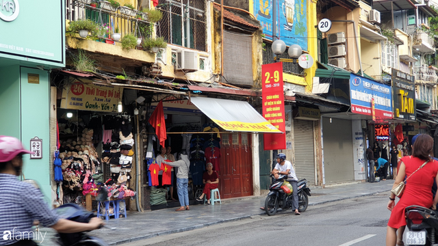 Chùm ảnh Hà Nội buổi sớm ngày Quốc khánh vắng hoe xe cộ, mọi người đổ xuống đường chụp ảnh, vui chơi - Ảnh 8.