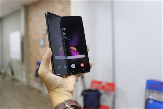 Bỏ gần 100 triệu đồng để sở hữu Galaxy Fold tại Việt Nam - Ảnh 1.