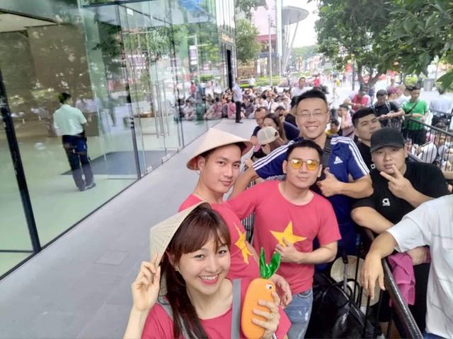 Từ Singapore: Cô gái Việt số thứ tự 01 kể hành trình xếp hàng 30 tiếng săn iPhone - Ảnh 1.