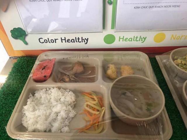 Trước khi bị tố suất ăn trưa lèo tèo vài miếng, Trường Quốc tế Việt Úc còn bị phát hiện có giòi trong thức ăn  - Ảnh 1.