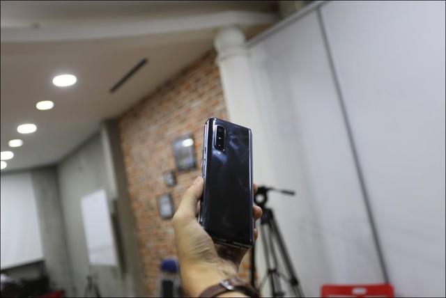 Bỏ gần 100 triệu đồng để sở hữu Galaxy Fold tại Việt Nam - Ảnh 3.