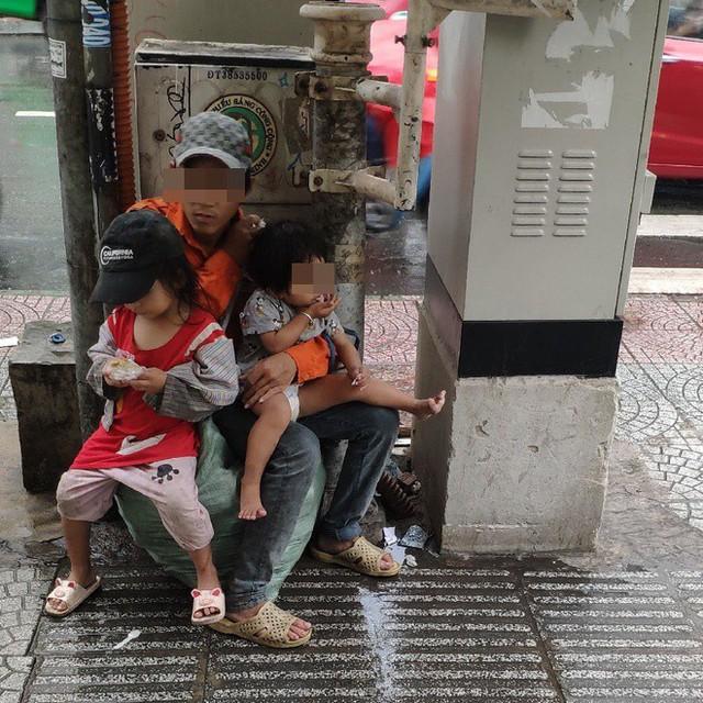 Hành động của 3 bố con lượm ve chai giữa phố Sài Gòn khiến 1 người Malaysia xúc động và ấn tượng - Ảnh 2.