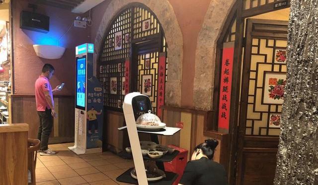 Khi giới trẻ Trung Quốc không muốn làm phục vụ bàn, các cửa hàng đành nhờ cậy vào robot - Ảnh 1.