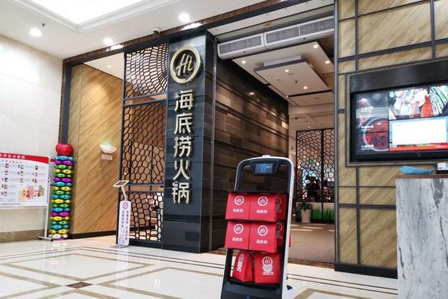 Khi giới trẻ Trung Quốc không muốn làm phục vụ bàn, các cửa hàng đành nhờ cậy vào robot - Ảnh 2.