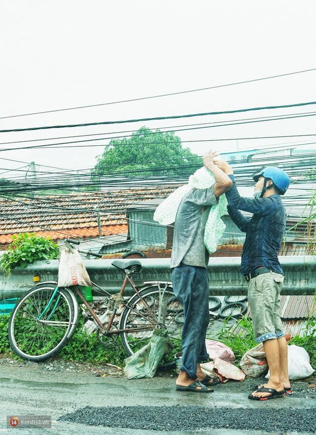 Cụ ông lặng lẽ dầm mưa dãi nắng 6 năm trời vá đường ở miền Tây: Mình cứ thiệt thà, rồi người ta cũng mến! - Ảnh 13.