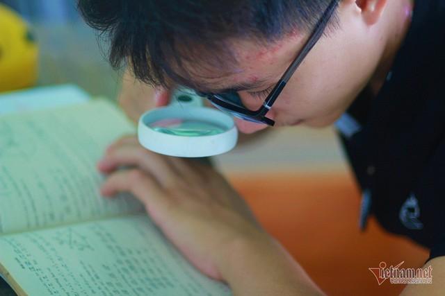 Nam sinh học bằng kính lúp... trở thành thủ khoa - Ảnh 2.