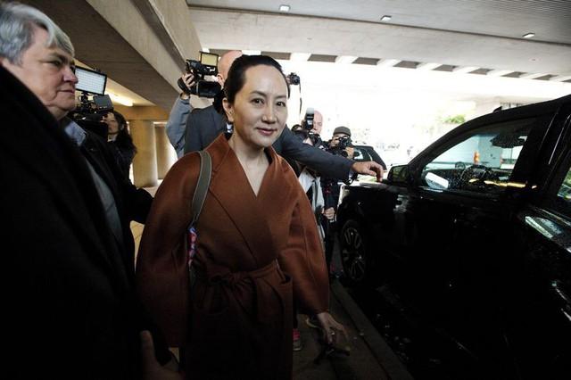 Sau 10 tháng tù lỏng trong biệt thự triệu USD, công chúa Huawei xuất hiện tại tòa như đi trình diễn thời trang - Ảnh 2.