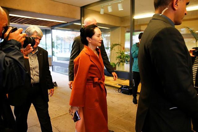 Sau 10 tháng tù lỏng trong biệt thự triệu USD, công chúa Huawei xuất hiện tại tòa như đi trình diễn thời trang - Ảnh 1.