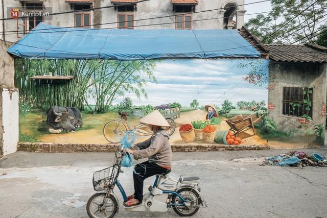 7 sinh viên biến làng trồng rau củ thành làng bích họa đầu tiên của Hà Nội - Ảnh 2.