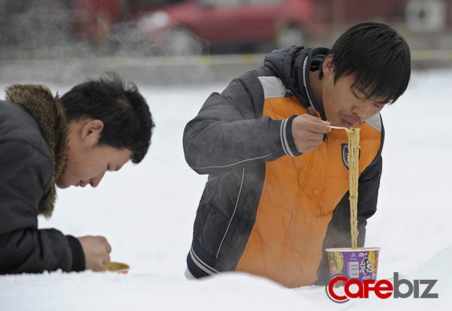 Kinh tế khó khăn, hơn 1,4 tỷ người Trung Quốc ngày càng chuộng mỳ gói - Ảnh 1.