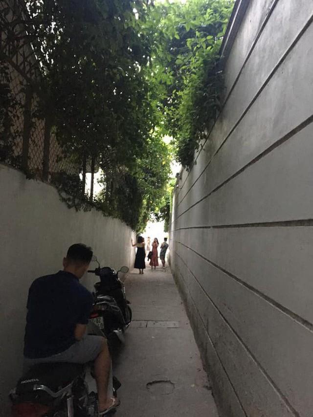 """4 địa điểm """"sống ảo"""" ở Hà Nội lên hình long lanh mà ngoài đời thì… hên xui, 2 nơi cuối còn nguy hiểm đến cả tài sản và tính mạng mà dân tình vẫn đổ xô tới - Ảnh 13."""