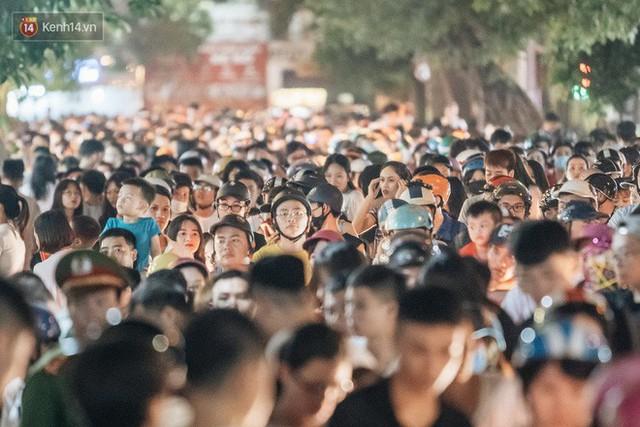 """4 địa điểm """"sống ảo"""" ở Hà Nội lên hình long lanh mà ngoài đời thì… hên xui, 2 nơi cuối còn nguy hiểm đến cả tài sản và tính mạng mà dân tình vẫn đổ xô tới - Ảnh 19."""