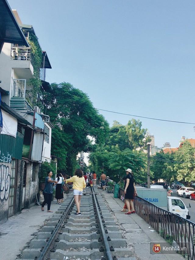 """4 địa điểm """"sống ảo"""" ở Hà Nội lên hình long lanh mà ngoài đời thì… hên xui, 2 nơi cuối còn nguy hiểm đến cả tài sản và tính mạng mà dân tình vẫn đổ xô tới - Ảnh 28."""